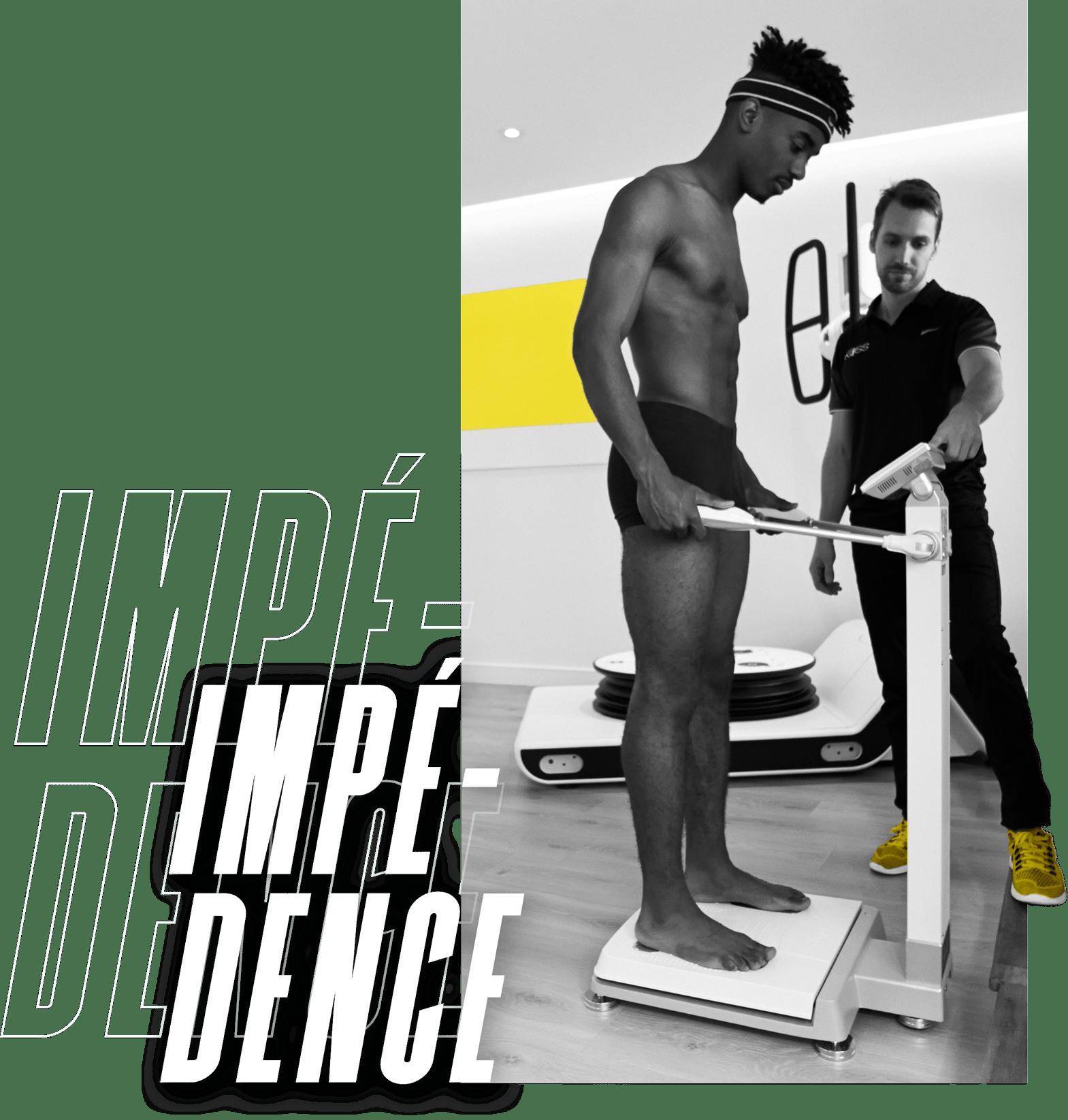 Séance de kiné à KOSS Paris avec un coach et un patient en séance de kinésithérapie du sport avec un bilan training - impédance