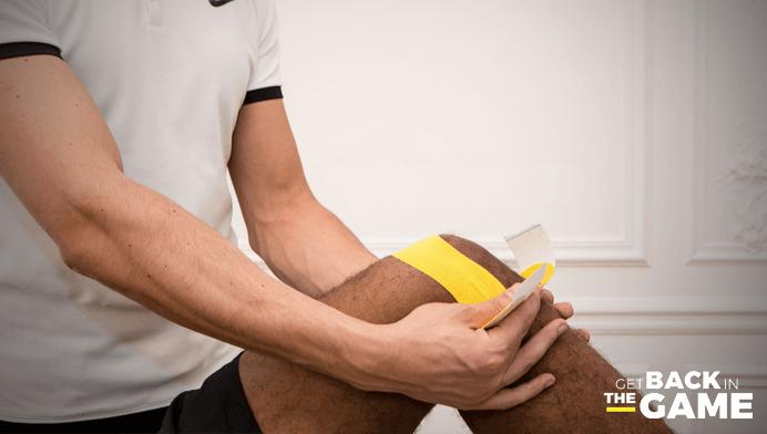 Homme utilisant une K-tape sur son genou
