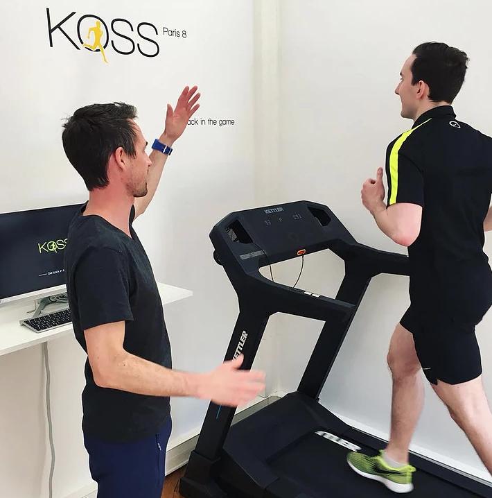 Intérieur du cabinet kiné KOSS Paris avec un kiné spécialiste du sport et un patient en séance de rééducation urgence Kine paris