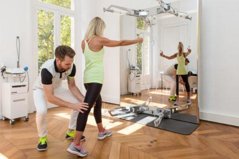 Travail de renfocement musculaire sur kinesis technogym en rééducation de kiné du sport à paris chez KOSS